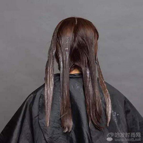 软化剂涂放完毕后停放20分钟,检 如达到需要效果,即可冲洗头发.