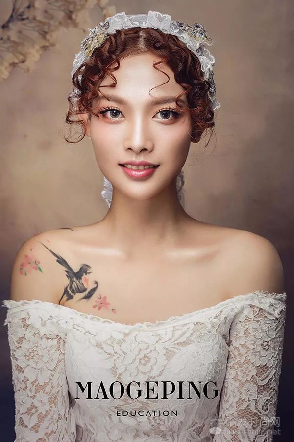 叠纱短裙,结合蕾丝片进行装饰,打造出一个典雅又不失活力的新娘的形象