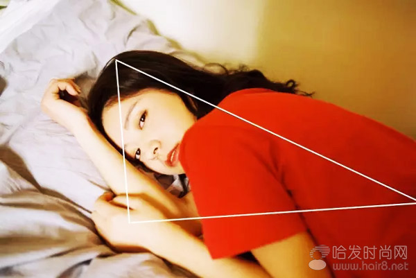 三角形构图是人物摄影中常用的构图方式,画面稳定,中心突出.拍摄图片
