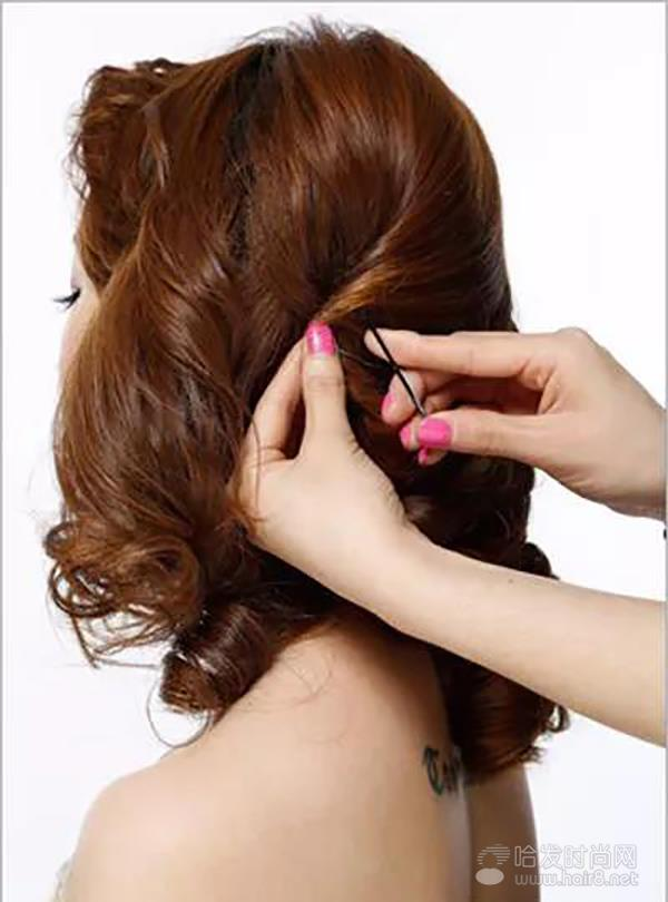 新娘发型步骤图解2,把刘海区三七分,将刘海区一边的头发利用两股