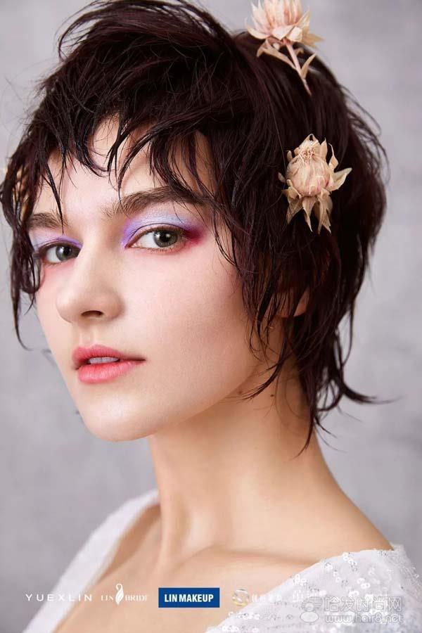 向大家展示如何使用前瞻性的眼光创造时尚潮流的妆容造型.