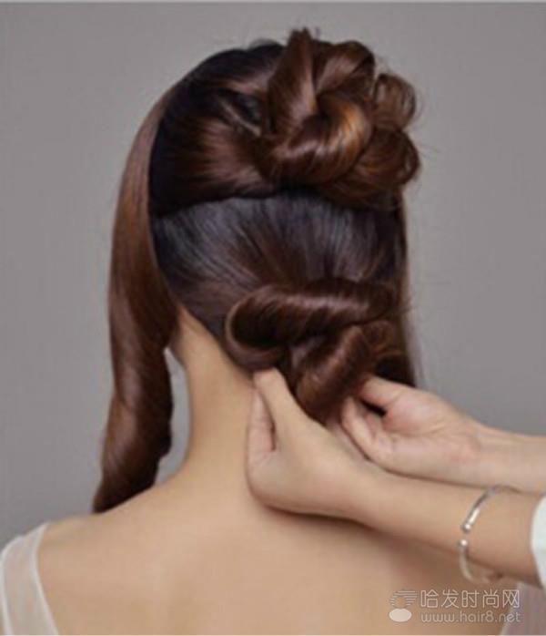 步骤二 韩式新娘发型扎法步骤三:用扭到一起的头发完成一个小发包