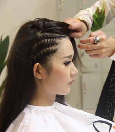 的编织手法将右侧的发型按规则分区进行编发图片