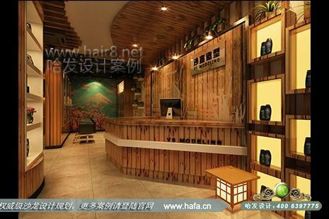 河北省沧州沙宣造型前台采用了竖条纹木质背景墙和台面,配以绿植做